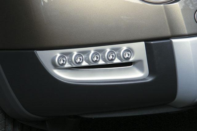 LED denní + poziční světla Hella s krycími plasty ze stříbrného ABS