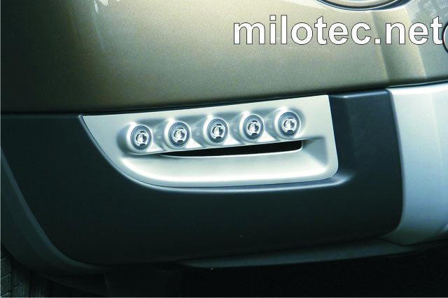 LED světla denního svícení Hella s krycími plasty ze stříbrného ABS